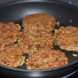 Vegi-Burger mit Beluga Linsen und Cornflakes-Kruste